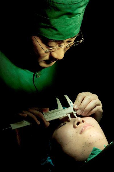 """李沁奕""""根据脸型制定隆鼻手术设计方案"""""""