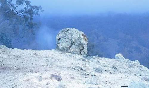 杂志描述称,走近燃烧山就会闻到一股刺激硫磺气味,感受到地面350摄氏