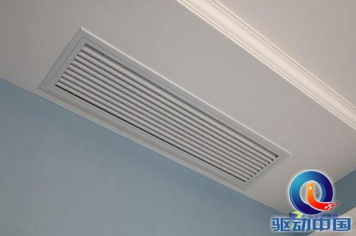 中央空调内机回风口与白色吊顶风格一致