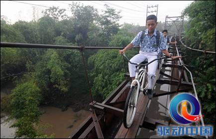 说明: 上学路上仅25厘米宽的悬空吊桥.jpg