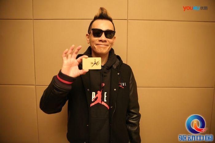 陈小春与有自己签名的优酷会员卡合影