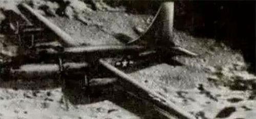 """有一架""""二战""""时期的美制老式轰炸机,停放在月球的陨石坑边, 机身机翼"""