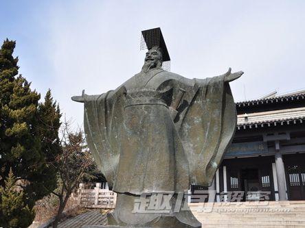 统一中国后,他创造性的把自己命名为皇帝,他也成了中国的第一位皇帝.