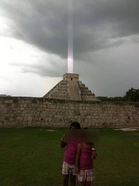 2009年7月时在玛雅金字塔前以iphone替两个孩子照相