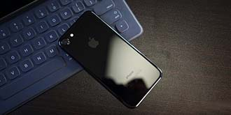 很容易刮花?!亮黑色iPhone7外壳划痕测试