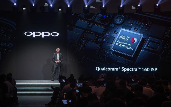 OPPO与高通联合开发旗舰影像处理器 在洞察了消费者的需求之后,OPPO R11依然主打拍照,并聚焦人像拍摄。为了让消费者拍出更好的人像,OPPO R11采用了前置2000万像素的摄像头,后置使用1600广角+2000万长焦的双摄像头方案,并与高通联合定制优化了R11的旗舰影像处理器,增强图像处理性能,实现了更加优秀的对焦,更逼真的色彩,以及更好的弱光拍照效果。 此外,OPPO R11还新增了专业人像模式,并针对不同场景下拍摄的人像效果进行了深度优化,轻轻一拍即可拥有单反级的背景虚化效果,保证用户在不同