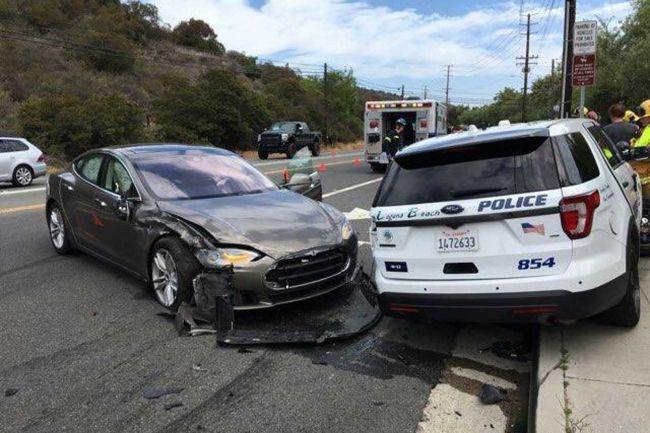 再出事故 特斯拉Model S型车撞上警车!独家