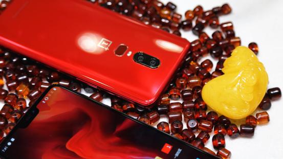 一加6琥珀红跨界文玩市场 引燃秋季手机色彩新时尚