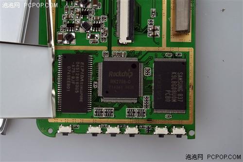 即便是主控的背面电路板,同样使用了金属屏蔽罩,彻彻底底杜绝电磁干扰