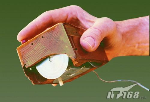 第一款鼠标虽然笨重但是却带来了PC操控的革命性发展