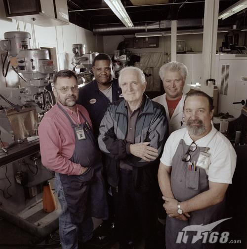 恩格尔巴特和其在斯坦福大学科学研究院机械工作小组的成员