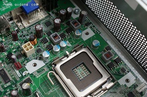 取出cpu散热器后主板供电部分电路一览无余,三相供电设计,风格颇像