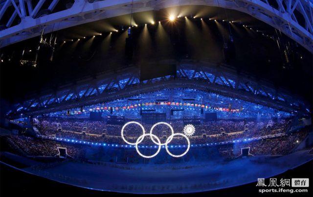 北京时间2014年2月8日,俄罗斯索契,2014索契冬奥会开幕式举行。开幕式出现失误,奥运五环变四环。