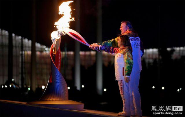 """奥运圣火由罗德尼娜和特列加克两位火炬手共同点燃。罗德尼娜是俄罗斯著名的花滑运动员,而特列加克则是俄罗斯冰球界的传奇球星。这两人最终点燃主火炬台前的小火炬台,""""薪火相传""""最终引燃主体育场的主火炬,索契冬奥会也正式拉开帷幕。"""