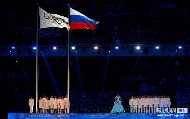 奥林匹克五环旗与俄罗斯国旗飘扬在体育场上空。