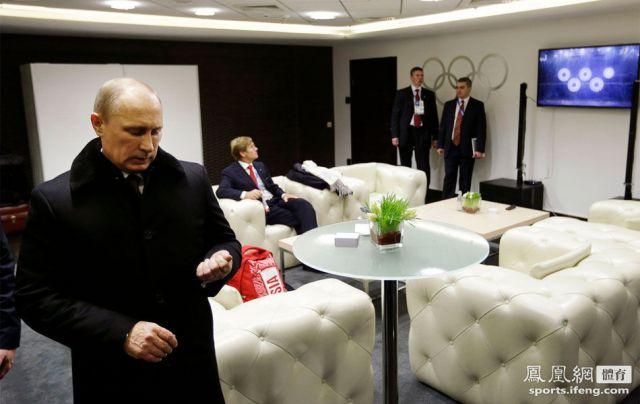 奥运五环变四环,在后台观看电视直播的普京一脸黑线。