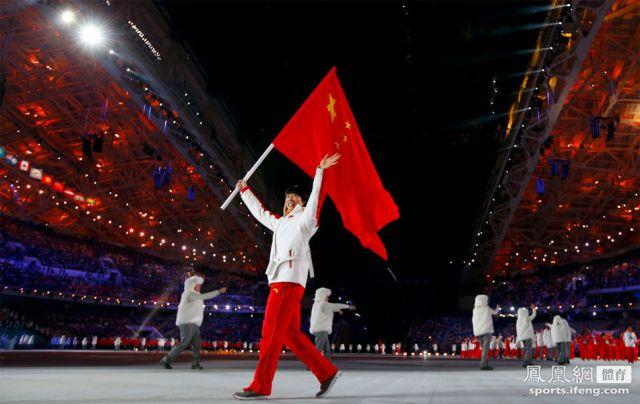 佟健领衔中国代表团出场。