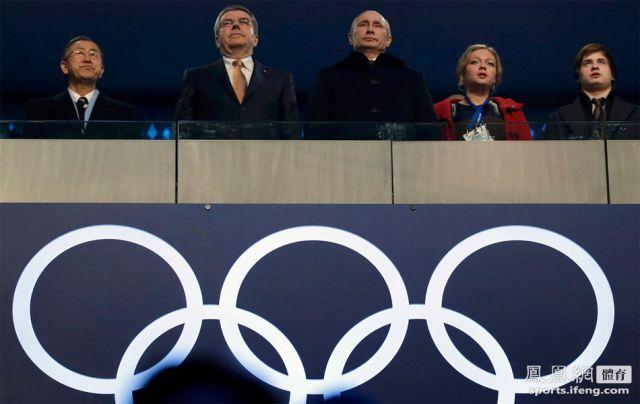 普京、奥组委主席巴赫(左二)、联合国秘书长潘基文(左一)亮相开幕式。