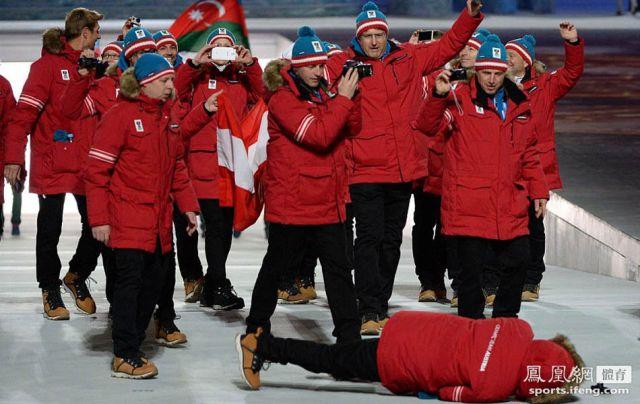 奥地利运动员入场时摔倒。