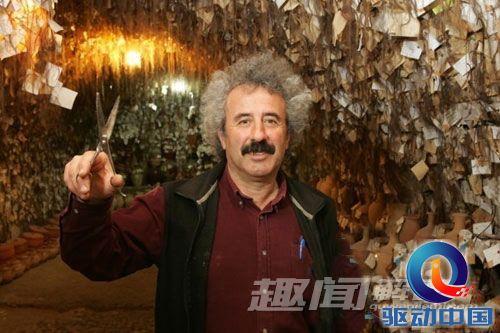 奥拉库,他已经被《吉尼斯世界纪录大全》承认为世界上收藏头发最多的图片