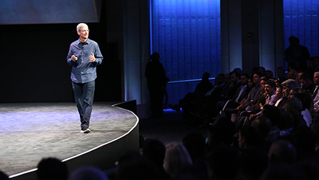 Tim Cook 正在向大家介绍 Apple Pay。