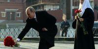 """俄庆祝""""人民团结日""""普京向米宁和波扎尔斯基雕像敬献鲜花"""