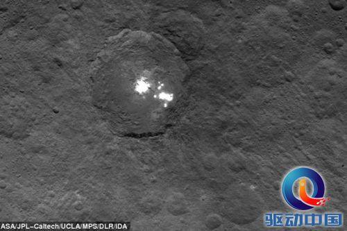 黎明号探测器任务总监马克-雷曼博士认为亮斑可能是盐沼,地球上也有