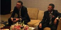 谭文胜发布会被记者围攻怒摔手机