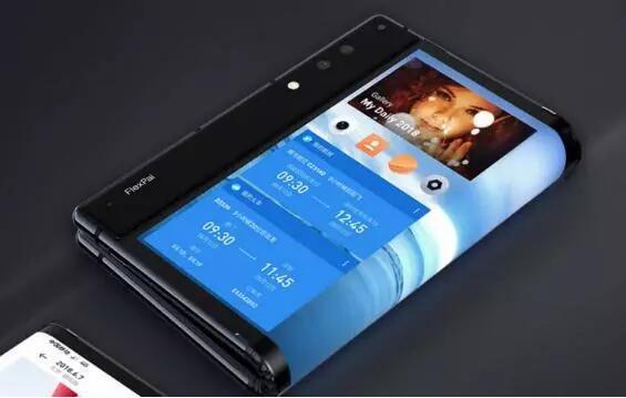 期待已久!华为折叠屏手机Mate X海报曝光,或即将上市(图18) 原标题:期待已久!华为折叠屏手机Mate X海报曝光,或即将上市 年初的MWC 2019大会上,华为带来了旗下首款折叠屏手机Mate X,让不少人感到惊艳。数码博主爆料,华为Mate X已经开始线下销售的宣传准备,并给出了店内灯箱海报的曝光图,看来这款令不少消费者期待的产品有望在近期上市。 根据长安数码君的微博,这份Mate X灯箱海报沿用了此前发布时的设计风格,以及说明文案。着重展示了Mate X的两大特色:展开后8英寸大小的外翻折式