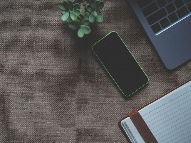 gadgets-iphone-laptop-163143.jpg