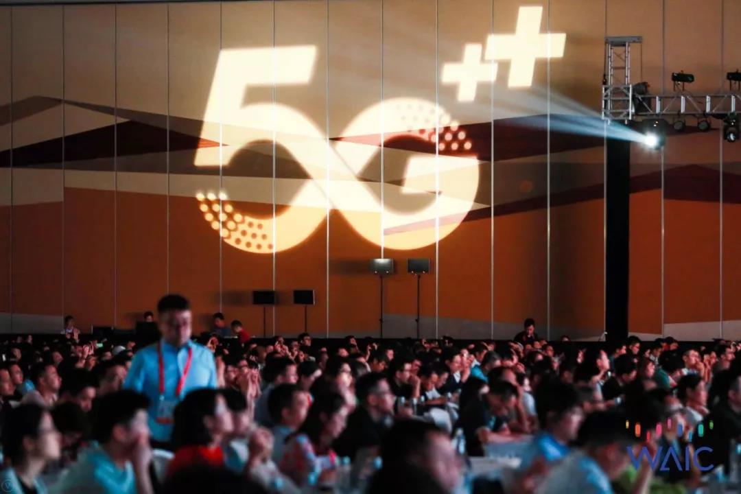 """今天(30日),由中国移动承办,以""""智想5G,融创未来""""为主题的5G+AI主题论坛在世博中心举办。市委常委、浦东新区区委书记翁祖亮、中国移动通信集团有限公司李正茂副总裁致辞,国际电信联盟赵厚麟秘书长发来视频致辞。"""