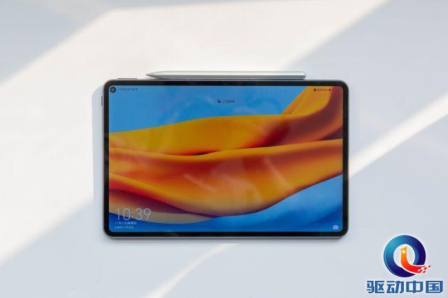"""华为MatePad Pro采用10.8英寸25601600分辨率显示屏,结合华为""""锐屏""""显示增强技术,让画面呈现给用户清晰靓丽、色彩饱满的超清画面!机身采用16:10长宽比,4.9mm等距微边框进一步收缩,配合挖孔设计让裸眼可见视野范围更广。"""