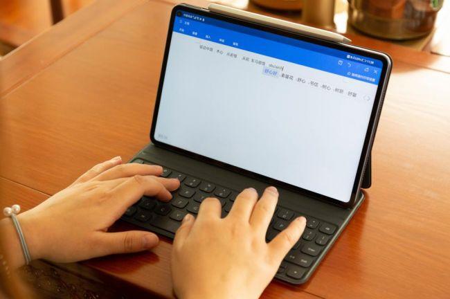 作为智慧轻办公平板,华为MatePad Pro支持全新设计磁吸键盘,轻轻一吸即可化身办公利器。