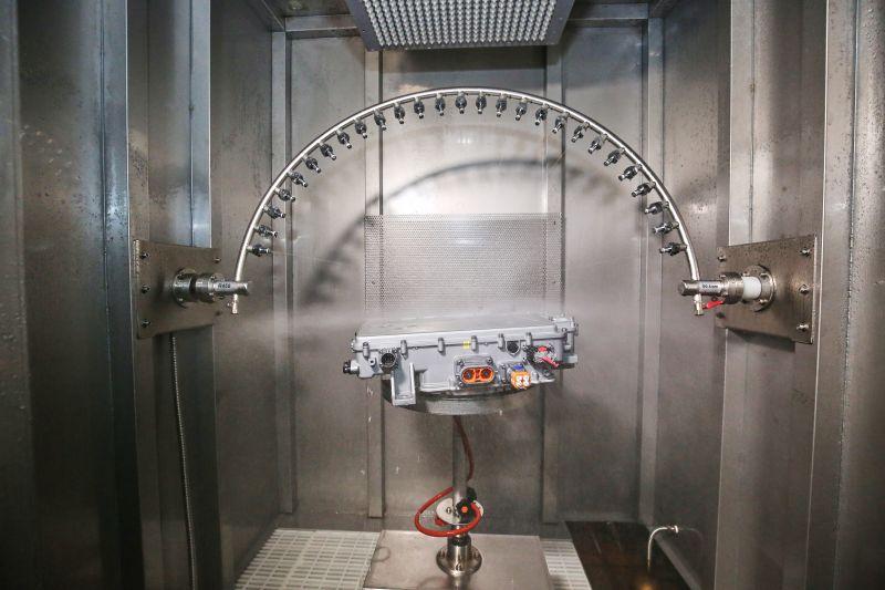 淋雨试验室内淋雨试验箱进行IP防护等级测试1