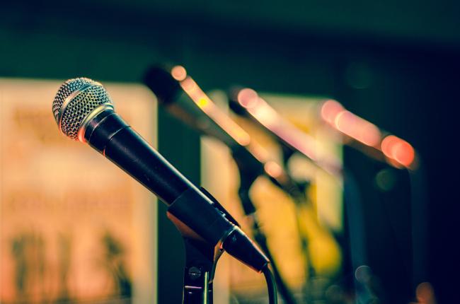 Canva - 黑色和灰色有线麦克风 Black and Gray Corded Microphone