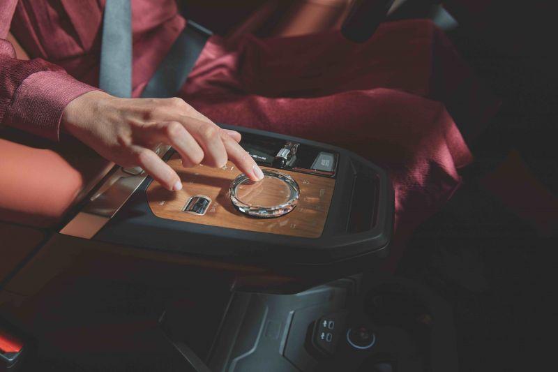 03.全新BMW iDrive旋钮-流光溢彩玻璃控件