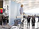 荷兰幻术家伦敦机场表演悬空行走(组图)
